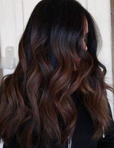 3. Un efecto Balayage en cabello negro